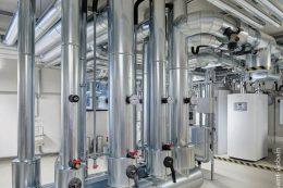 Die Wärmeerzeugung erfolgt über Wärmepumpen durch Ausnutzung der Erdwärme. Im Hauptgebäude sind zwei Wärmepumpen mit einer thermischen Leistung von jeweils 33 Kilowatt installiert.