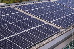 Die Solaranlage auf dem Dach liefert für die Wärmepumpe den benötigten Strom.