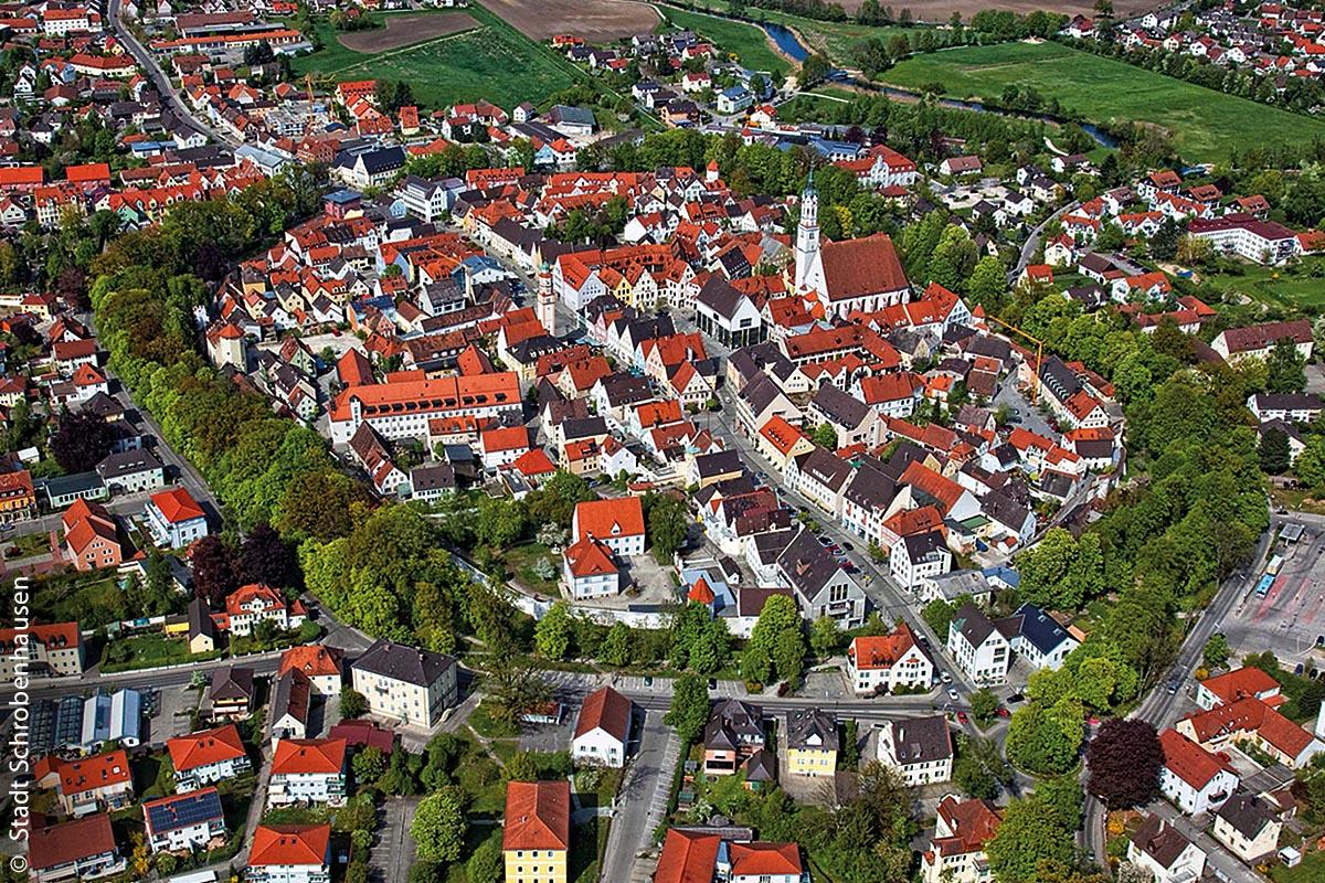 Der grüne Stadtwall (rund 1.300 Meter lang) rund um die Altstadt von Schrobenhausen mit uralten Kastanienbäumen und der Stadtmauer mit Türmen ist aus der Luft recht gut zu erkennen.