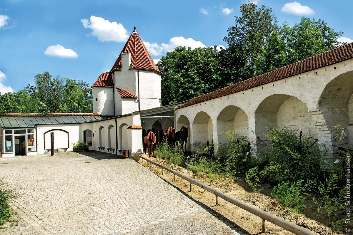 Jedes Jahr besuchen zur Spargelzeit unzählige Spargelfreunde das Umland von Schrobenhausen und das dortige Spargelmuseum.