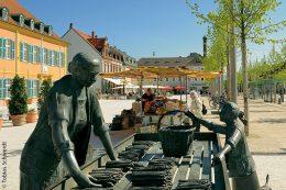 Auf dem Schlossplatz von Schwetzingen befindet sich das Denkmal der Spargelfrau von Franz Müller-Steinfurth, das dem Verkauf der regionalen Gemüsespezialität gewidmet ist.