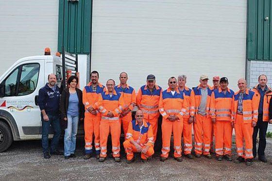 Unter Betriebsleiter Stefan Lipps (Zweiter von rechts) erledigen die 15 Mitarbeiter vielfältige Aufgaben wie Liegenschaftspflege, Pflege der Grünanlagen und Winterdienst.