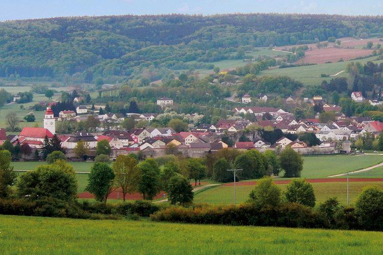Eingebettet im Naturpark Altmühltal bietet Dollnstein seinen knapp 3.000 Bewohnern eine hohe Lebensqualität. Der Ort ist gut strukturiert, beherbergt zahlreiche Handwerksbetriebe, einen Industriebetrieb für Betondeckenbau und den Energiespezialisten ratiotherm.