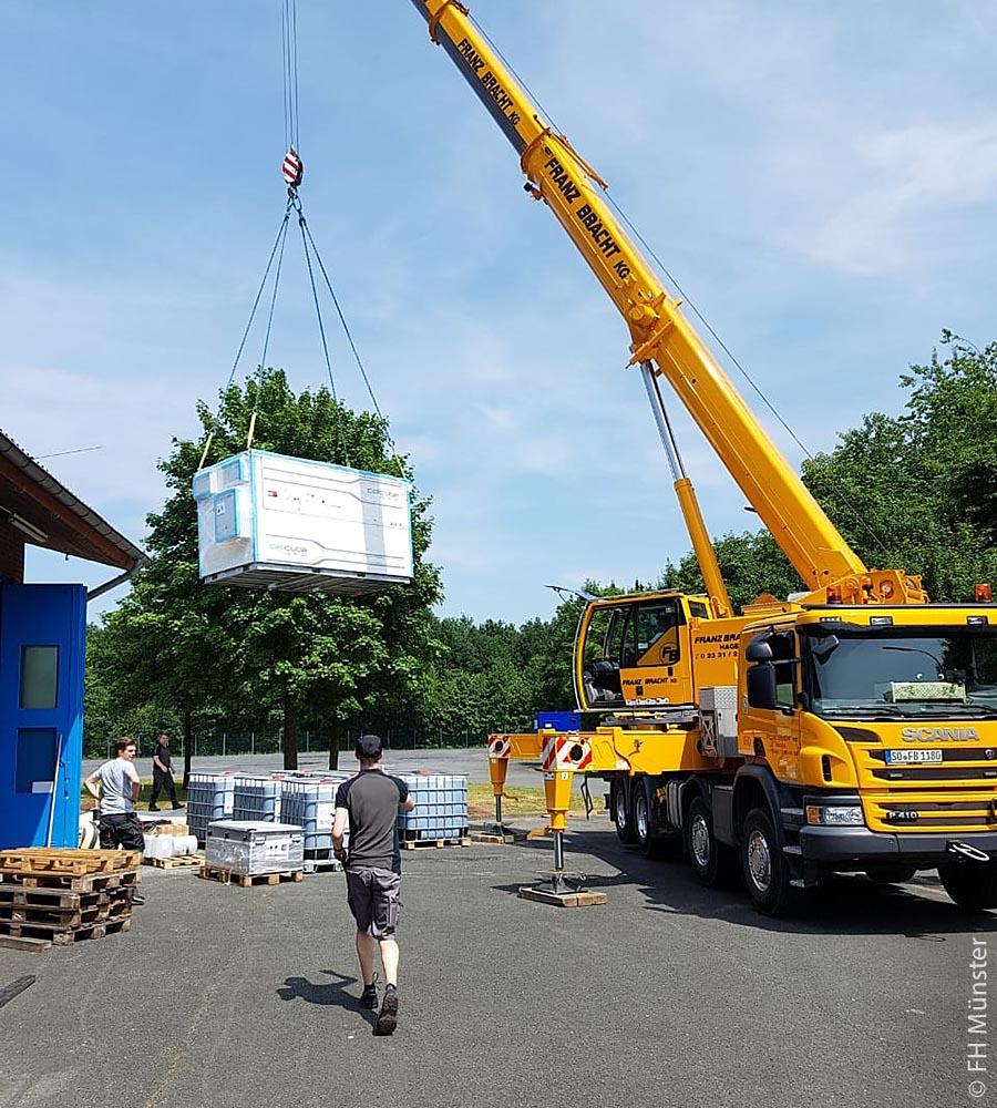 Mithilfe von Lithium-Ionen-Batterien oder der biogenen Methanisierung möchten die Gemeinde Saerbeck, die Fachhochschule Münster und anderer Beteiligte überschüssige Energie aus Wind-, Solar- oder Biogasanlagen speichern und somit den Tagesbedarf einer Gemeinde lückenlos decken. Für dieses Forschungsziel wurde eine Redox-Flow-Batterie am 28. Mai 2018 per LKW im Bioenergiepark Saerbeck angeliefert und mit einem Kran auf eine vorbereitete Plattform gehievt.