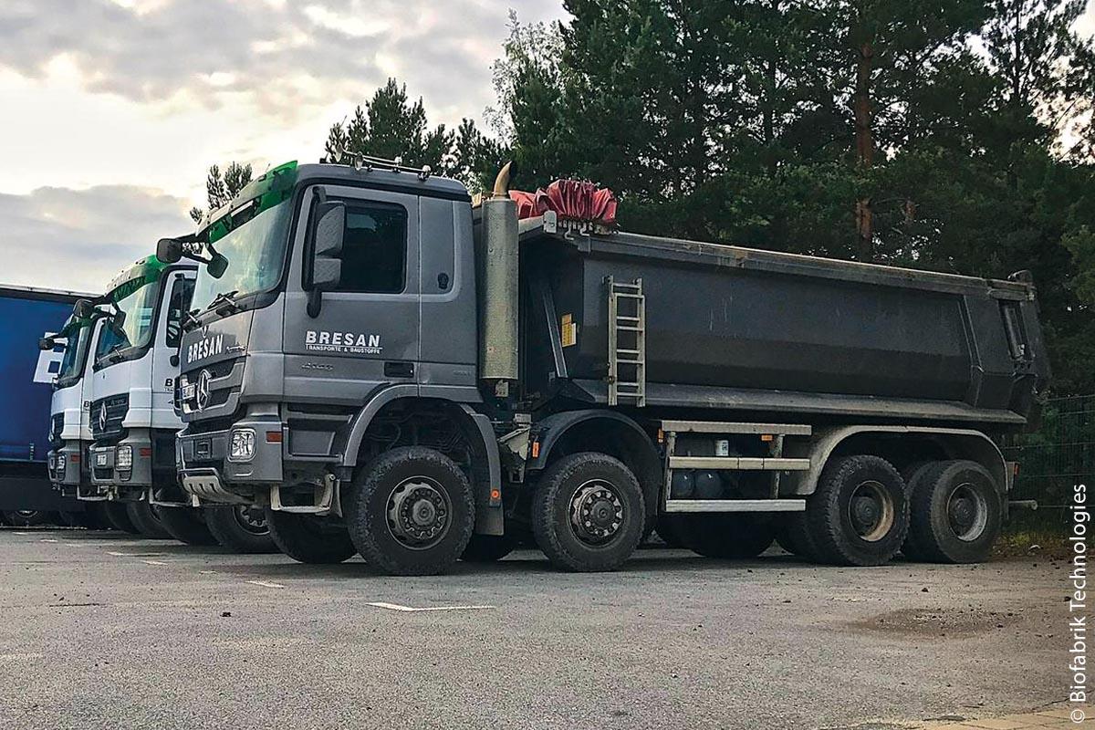 Der Standort Hoyerswerda wird aus der etwa 70 Kilometer entfernten Lausitz mit Heizöl- und Dieselabfällen beliefert. Mit dem mit der WASTX-Oil-Anlage produzierten DIN-Diesel beliefert Biofabrik Technologies die benachbarte Spedition Bresan.