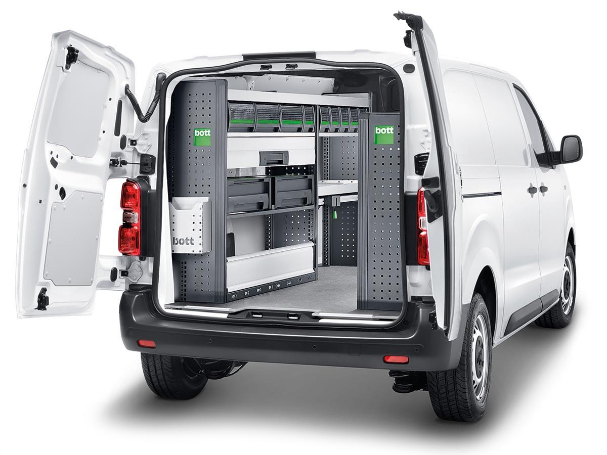 """Der moderne Kleintransporter Peugeot Expert der Service Edition wurde von """"bott"""", dem Spezialisten für Fahrzeugeinrichtungen, ausgebaut. Intelligent zusammengestellte Module sorgen für vielseitigen Stauraum und Ordnung im mobilen Arbeitsplatz."""