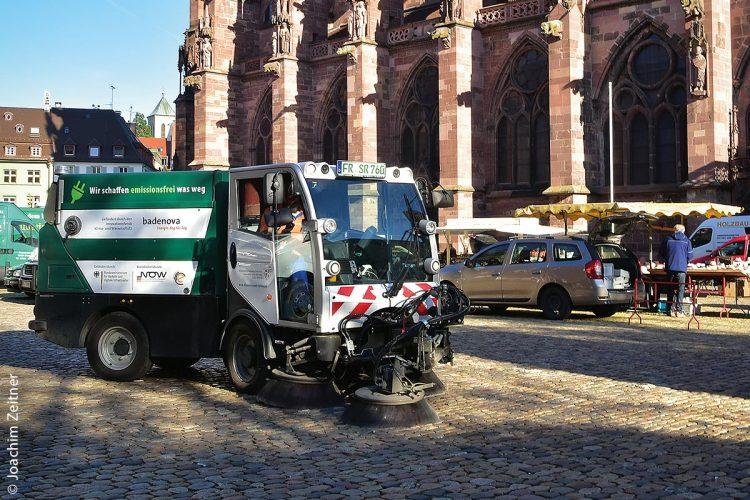 Seit Sommer 2016 ist das abgasfreie und völlig CO2-neutrale Kehrfahrzeug Bucher CityCat 2020ev in Freiburg (Breisgau) erfolgreich im Einsatz (hier am Freiburger Münster).