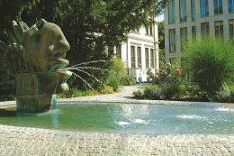 Kleiner Park auf der Rückseite der Münchner Gebäude der LfA Förderbank Bayern