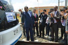 """Der Oberbürgermeister Diriba Kuma der Leipziger Partnerstadt Addis Abeba tauft eine Straßenbahn auf den Namen """"Leipzig""""."""