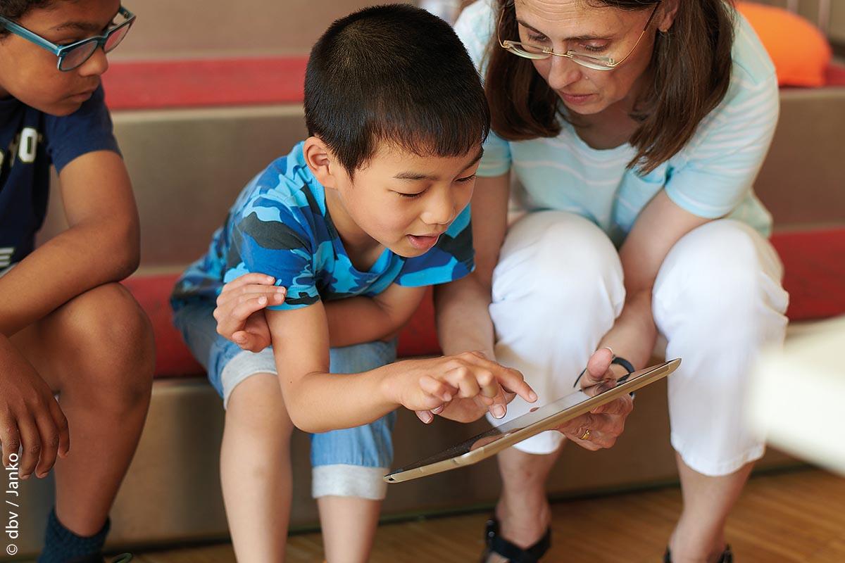 Bettina Harling bringt Kindern digitale Medien spielerisch näher.