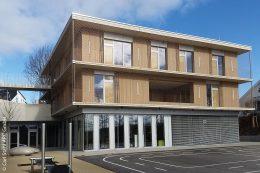 Das Kinderhaus Kirchhaldenschule in Stuttgart weist eine funktionale Trennung auf: Im Erdgeschoss liegt der Ganztagesbereich und der Mensa für die Grundschüler und in den oberen beiden Geschossen befindet sich die Kindertagesstätte.