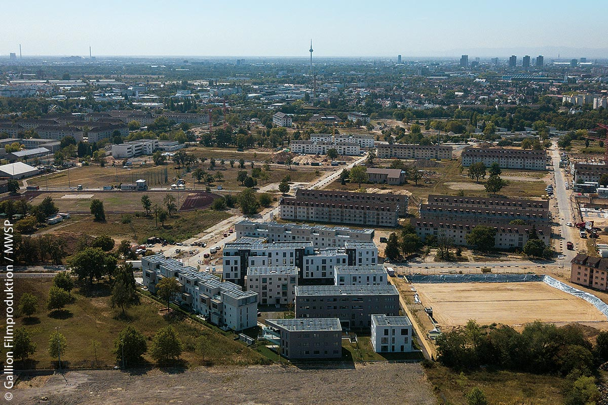 Die ersten Gebäude des neuen Mannheimer Stadtteils Franklin wurden inzwischen realisiert (weißgraue Bauten in der vorderen Bildmitte und im Hintergrund).