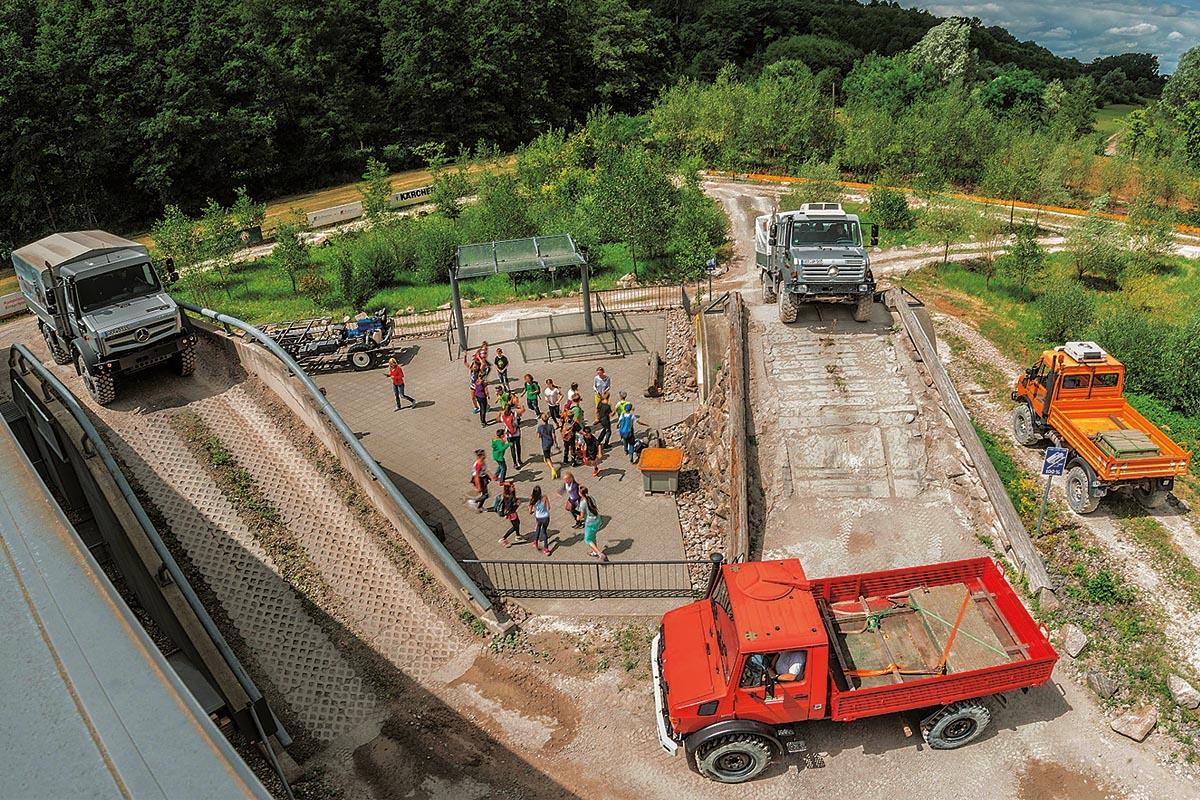 Unimog-Leidenschaft: Auf dem museumseigenen Außenparcours kann man die besonderen Fähigkeiten des geländegängigsten aller Nutzfahrzeuge hautnah erleben. Hier gibt es eine hinaufführende 100-Prozent-Steigung und eine 70-Prozent-Treppe hoch und auch wieder hinunter.