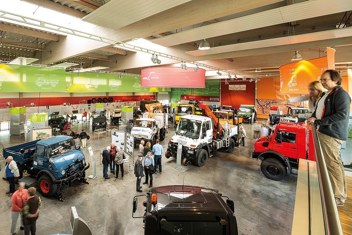 Von der Galerie aus hat man einen ausgezeichneten Blick über alle Exponate des Unimog-Museums.