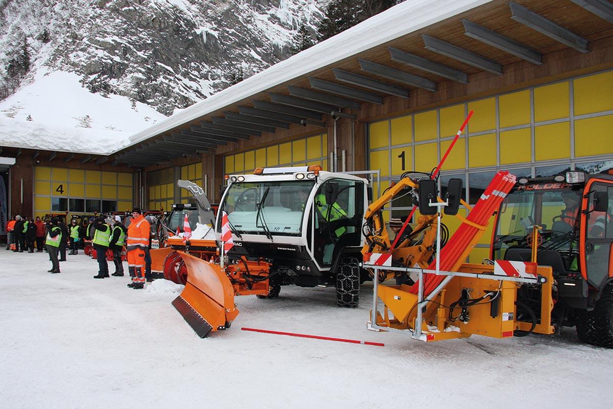 Im Vordergrund das brandneue SnowStick Stangensetzgerät für Kunststoff-, Fiberglas- und Holz- Schneeleitstäbe, mit dem Winterdiensten das Schneepflügen erleichtert werden kann. Bis zu 100 recyklierbare Leitstäbe können pro Stunde gesetzt und auch wieder eingesammelt werden.
