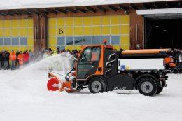 Der Holder Muvo mit 109 PS, Vierradlenkung und gefederte Achsen hinten und vorne ist ein Alljahres-Arbeitstier, hier mit der hydraulischen Schneefräse SF65-60 L160 und dem Kugelmann Salzstreuer A1200.