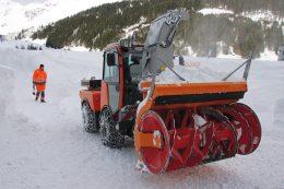 Dieser hydrostatisch angetriebene Knicklenker Holder S130 ist mit einer Bantel-Zimmermann Schneefräse mit 85 cm Haspelhöhe ausgerüstet, die perfekt auf den 130 PS Dieselmotor abgestimmt ist.