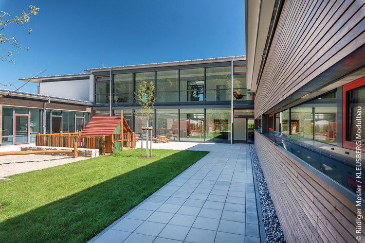 Die hufeisenförmige Kindertagesstätte mit integriertem Eltern-Kind-Zentrum in Waldshut-Tiengen wurde von KLEUSBERG realisiert.