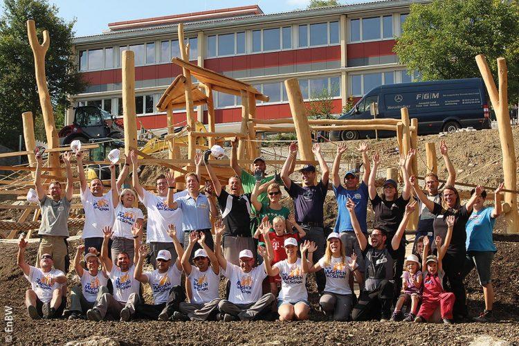 In Königheim bei Tauberbischofsheim baute das Team vom EnBW Macher-Bus einen Mehrgenerationen-Spielplatz über mehrere Ebenen auf.
