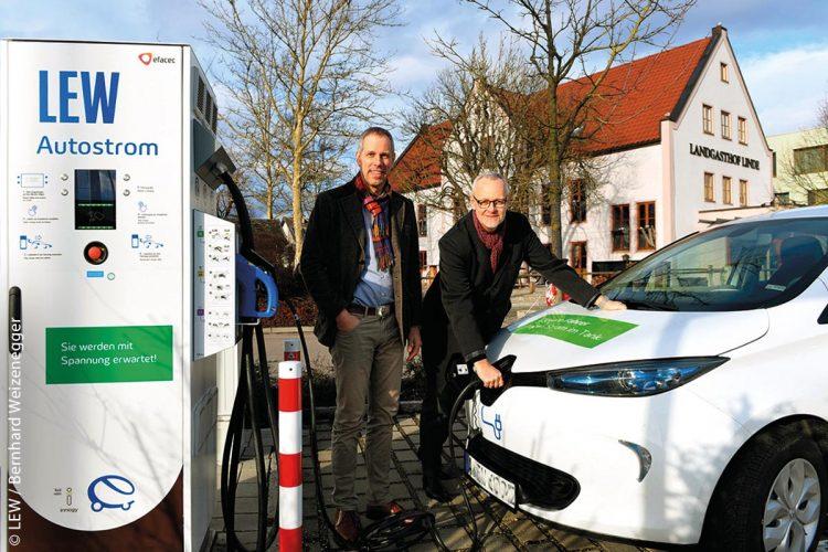 Im Stadtgebiet Günzburg gibt es nun insgesamt 27 Ladestationen für Elektrofahrzeuge. Zu ihnen gehört auch eine Ladesäule am Landgasthof Linde, am Autohof in Deffingen an der Hauptstraße 2. Hier können die Günzburger Bürger, Touristen oder Durchreisende ihr E-Mobil in kürzester Zeit voll beladen. Maximal eine halbe Stunde dauert das Aufladen der Akkus. Für den Betrieb kooperieren die Lechwerke AG (LEW) mit dem Betreiber und Inhaber Elmar Lutzenberger. Das Foto zeigt (von links) Elmar Lutzenberger und LEW-Vorstand Dr. Markus Litpher.