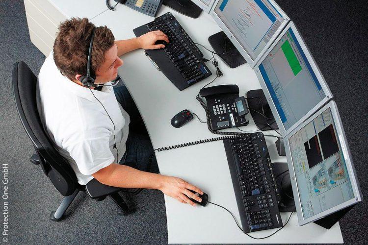 Im Falle eines Alarms schalten sich die Mitarbeiter der Notruf- und Serviceleitstelle in Sekundenschnelle in die Schulen auf und fordern vom Eindringling das individuell vereinbarte Kennwort.