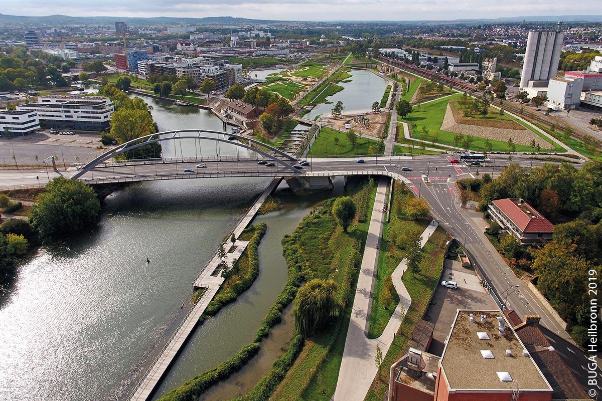 Die Bundesstraße 39, samt neu gebauter Brücke, führt in Heilbronn über den Neckar mitten durch das BUGA-Areal.