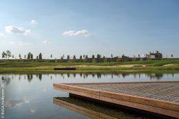 Das Holzdeck am Floßhafen erlaubt es Rollstuhlfahrern, ganz nahe ans Wasser zu gelangen.
