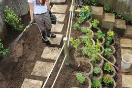 Auch in Winnenden ging alles recht zügig. Noch schnell bewässern und fertig ist der Naschgarten.