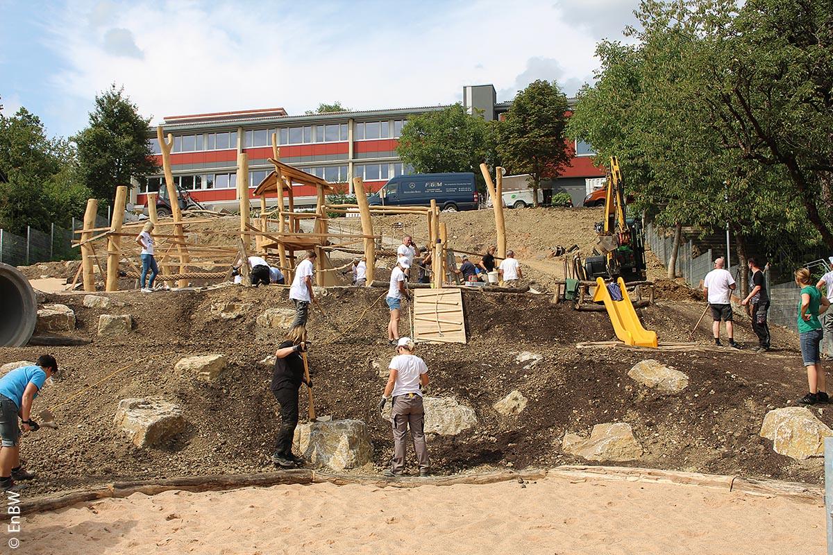 In wenigen Stunden hatte das EnBW-Macher-Bus-Team den Königheimer Mehrgenerationen-Spielplatz aufgebaut.