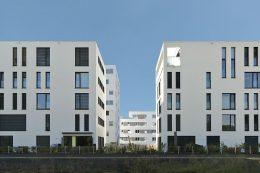 Im noch jungen Neubaugebiet am Lettenwald im Ulmer Stadtteil Böfingen entstanden unter anderem diese zwei fünfgeschossigen Mehrfamilienhäuser in Holzbauweise.