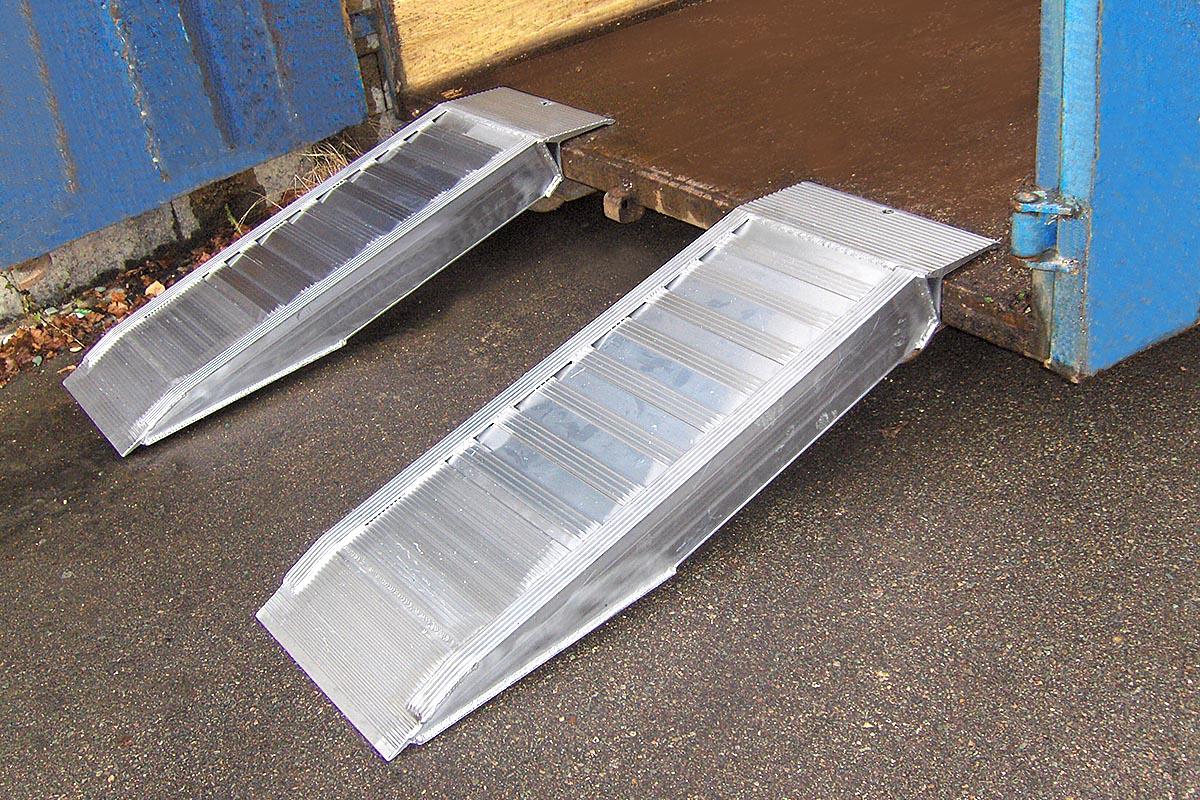 Schon kleine Stufen, Bordsteine oder Aufkantungen können für fahrbare Arbeitsgeräte ein Hindernis darstellen. Mit den Kurzrampen von Altec lassen sich solche Höhendifferenzen recht einfach und sicher überwinden.