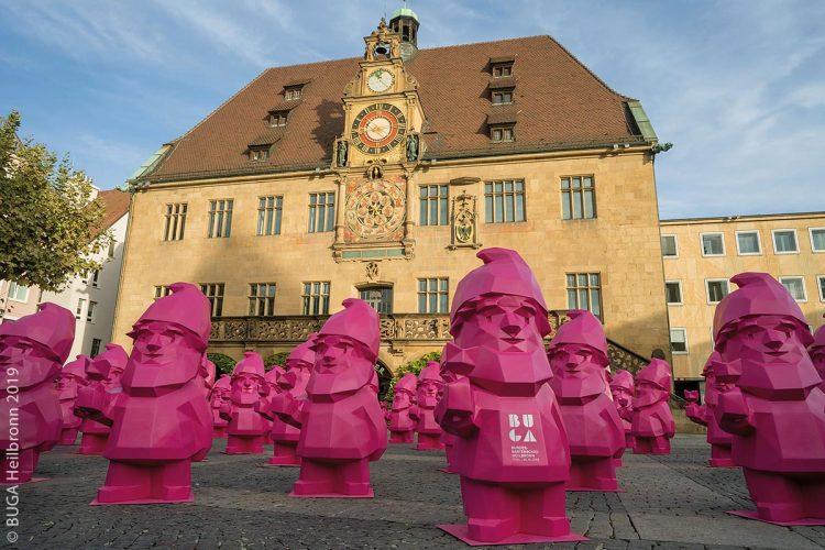 """Der BUGA-Zwerg """"Karl"""" ist blütenpinker Repräsentant und Sympathieträger der BUGA. Mit seiner imponierenden Größe erinnert er seit Wochen überall daran: Ab 17. April 2019 ist die BUGA in Heilbronn eröffnet!"""