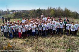 """Nach dem Motto """"Stop talking – start planting!""""setzten Schüler aus dem Landkreis Regensburg als Klimabotschafter durch das Pflanzen von Bäumen in Keilberg ein Zeichen, um darauf aufmerksam zu machen, dass wir Menschen bereits mitten in einer hausgemachten Klimakrise stecken."""