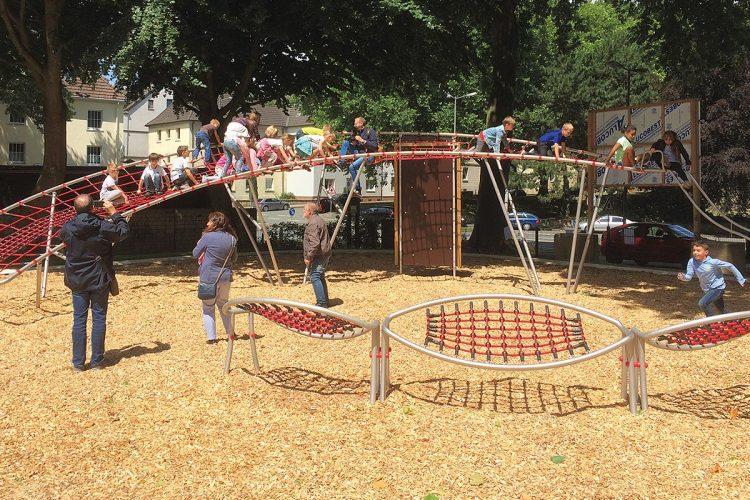 Kaum aufgebaut (hier auf einem Spielplatz in Bochum), ziehen Kometenschweif (hinten) und Achterbahn (vorne im Bild) bewegungsfreudige Kinder zum Erkunden und Klettern an.