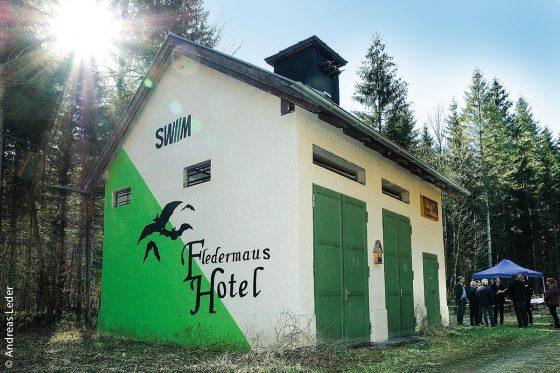 Aus der ehemaligen SWM-Trafostation in Thalham (Weyarn) wurde das Fledermaushotel Neumühle.
