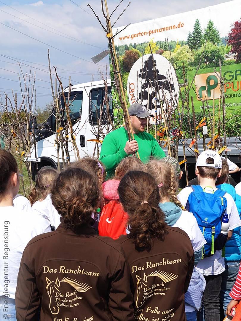 Bevor die Kinder die Bäume setzten, erklärte Ihnen Peter Punzmann von Garten Punzmann, was beim Pflanzen zu beachten ist und was das Besondere an den einzelnen Baumsorten ist.