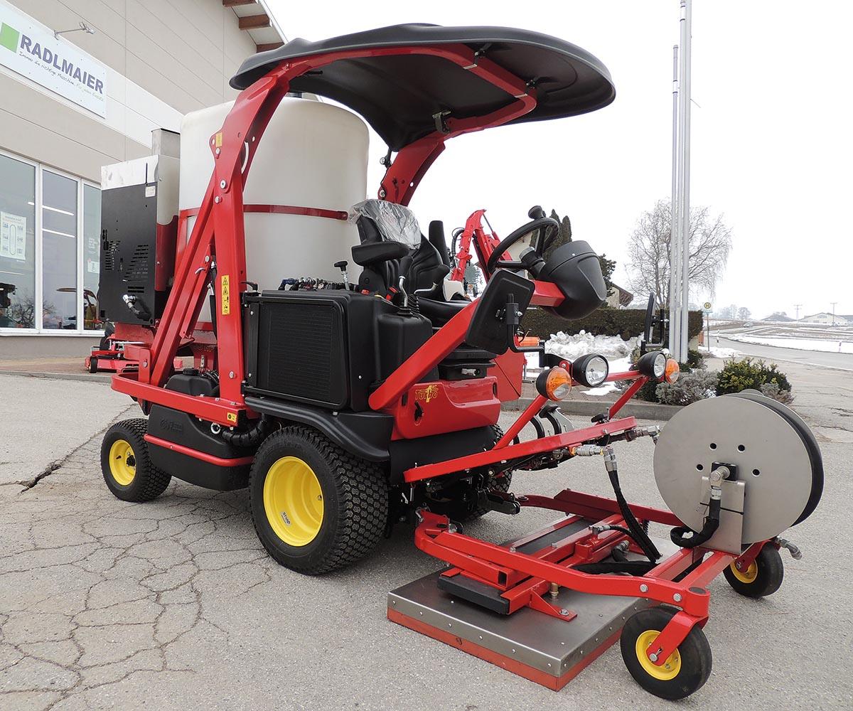 Technik gegen Unkraut: Als Grundfahrzeug kommt ein Ferrari-Mäher der Turbo-Serie zum Einsatz, der Aufbau besteht aus einem Keckex Heißwasserdampf-Erzeuger des Typs Weedex-Multi, einem Wassertank mit 600 Litern, einem vorne montierten Dampffeld mit 130 Zentimetern Breite und hydraulischer Seitenverschiebung, sowie einer Schlauchtrommel und diversen Handlanzen.