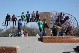Der Kometenschweif (hier mit Spiralrutsche und Kletterwand) wird von Kindern und Jugendlichen immer sehr gerne als Tribüne genutzt.