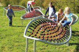 Bei der Achterbahn entsteht je nach Anordnung der Einzelelemente eine klare oder schlangenförmige Spiellandschaft, die zum Klettern, Liegen und Spielen einlädt.
