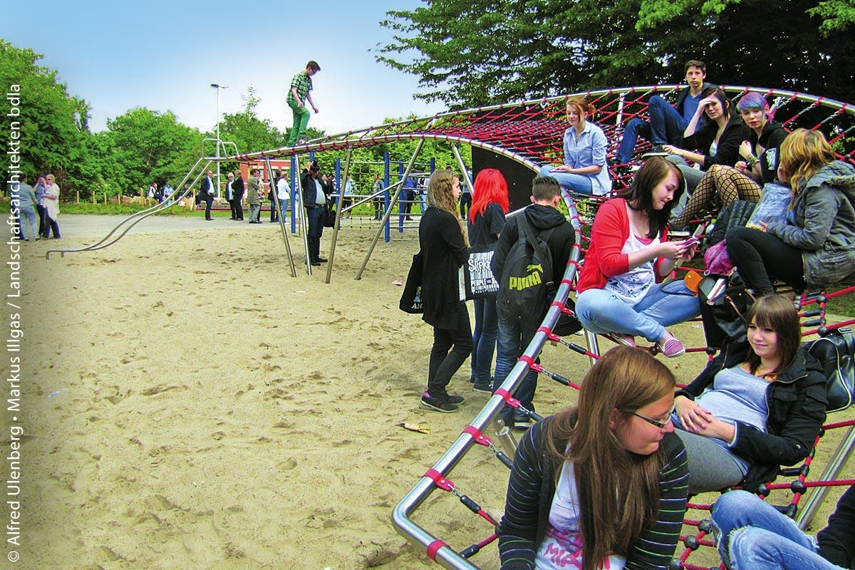 """Im Zuge des Wettbewerbs """"Bewegung und Raum"""" des Deutschen Spielraumpreises 2013 wurde der Schulhof der Gesamtschule Wanne-Eickel in Herne umgestaltet und gewann dabei den 2. Platz. Dabei wurde auch der Kometenschweif im Kletter- und Spielbereich installiert."""