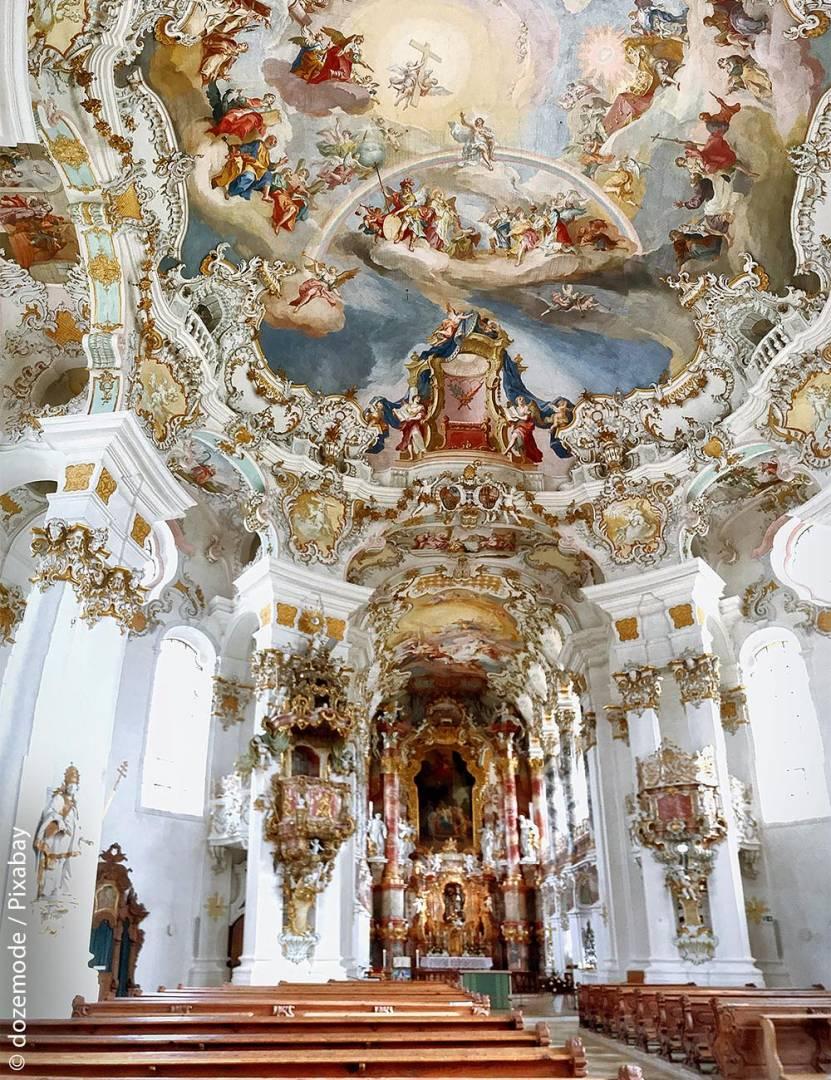 Die Wieskirche in Steingaden besitzt ein imposantes Deckenfresko von Johann Baptist Zimmermann (1680 – 1758), vorne sieht man den Altar.