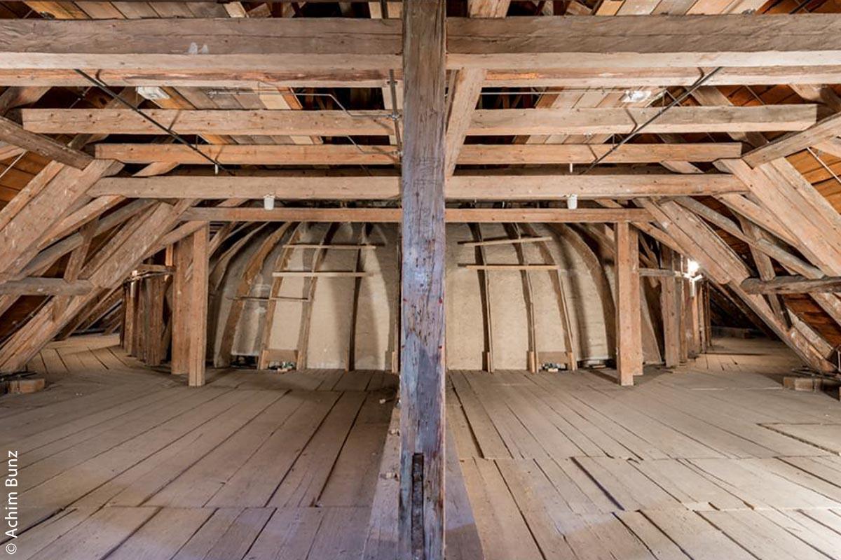 Der Dachraum mit dem Spantengewölbe