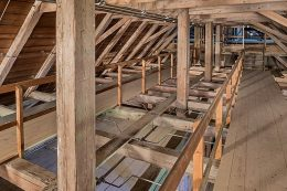 Der historische Dachstuhl mit der Löschanlage in der oberen Ebene