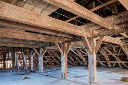 Der historische Dachstuhl mit der Löschanlage in der unteren Ebene