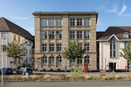 Das imposante Gebäude der VHS Ettlingen wurde 1901/1902 gebaut. In der VHS Ettlingen wurde ein Nadelvlies-Bodenbelag verlegt, der die historische Farbgebung aufgreift.