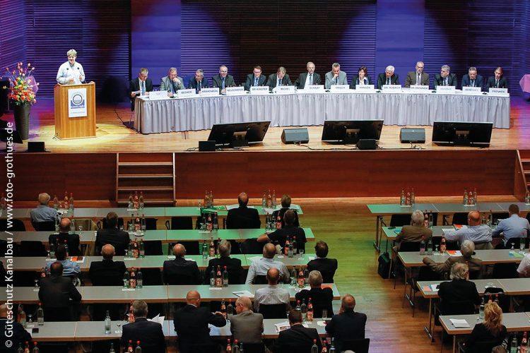 Gemeinsames Engagement für den Gütesicherungs-Gedanken: Der Vorstand der Gütegemeinschaft Kanalbau besteht aus 14 Mitgliedern. Zu den fünf benannten Mitgliedern des Vorstandes gehört jeweils ein Vertreter von DWA – seit 2007 nimmt Otto Schaaf (Tischmitte) diese Aufgabe wahr – und GFA sowie eines europäischen Fachverbandes.