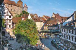 In Nürnberg dient der lebendig gestaltete Platz am Tiergärtnertor dazu, dass sich viele Menschen dort treffen oder versammeln, um ein paar nette Stunden miteinander zu verbringen.