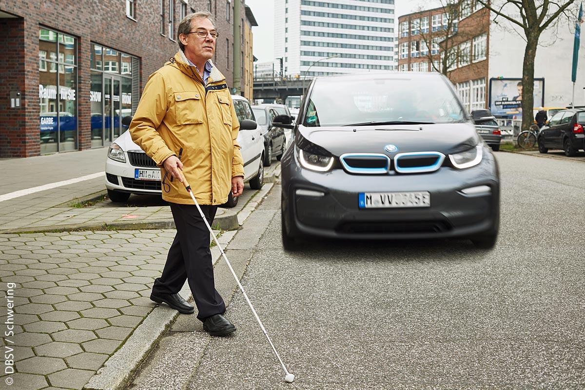 Sehbehinderte Menschen sind durch geräuschlose Elektroautos besonders gefährdet, weil sie diese nicht wahrnehmen können.