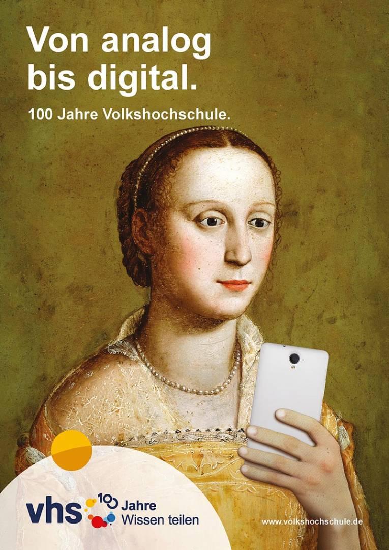 """Das Plakatmotiv """"Von analog bis digital"""" ist Teil einer Plakatkampagne zum Jubiläum. Verschiedene Motive bringen die Bandbreite des vhs-Angebots zum Ausdruck."""