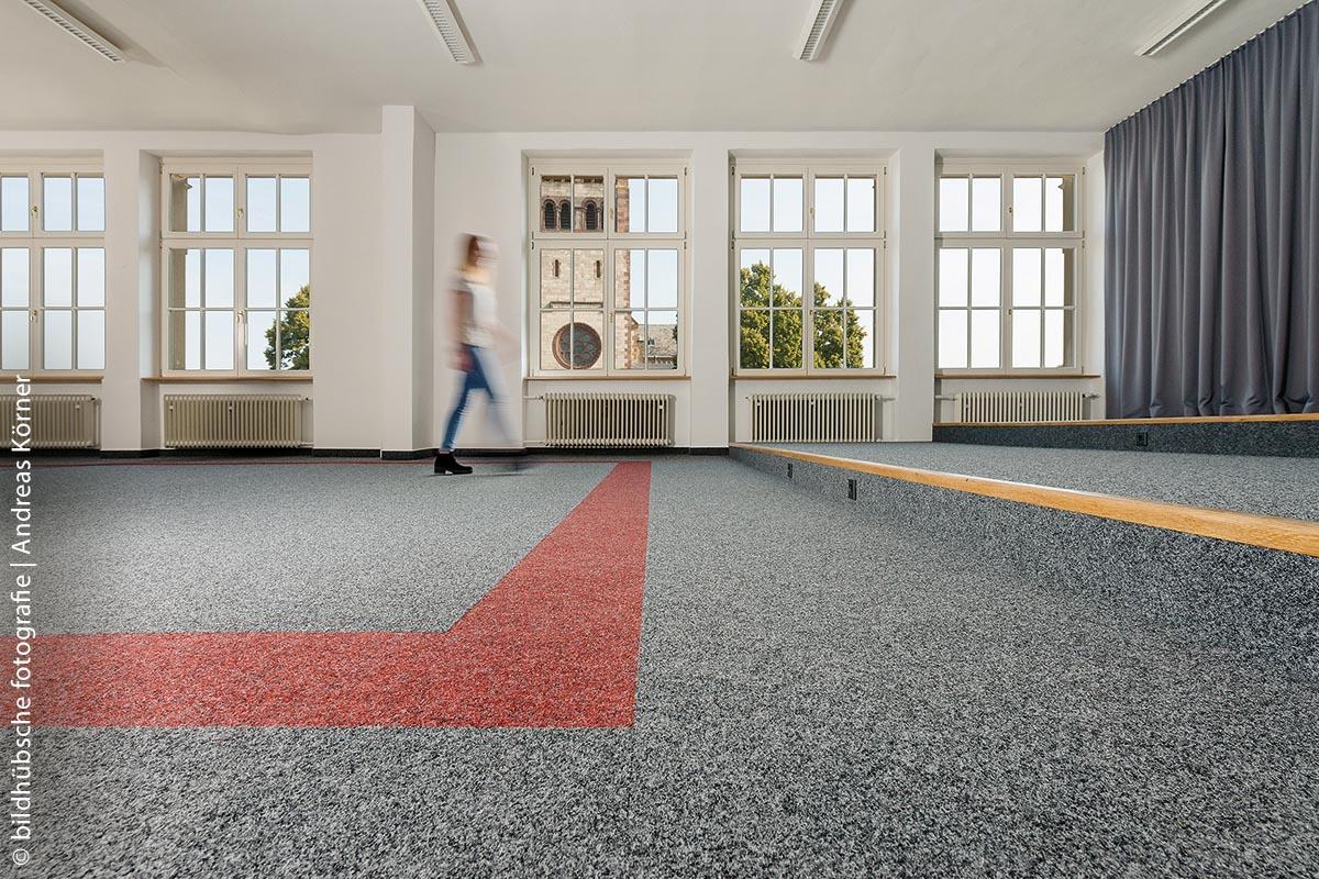Nach 30 Jahren hatte der alte Bodenbelag in der VHS Ettlingen ausgedient und wurde durch einen neuen Nadelvlies-Teppich in Rot und Grau ersetzt.